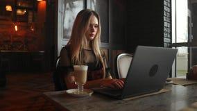 她工作作为咖啡馆的一位自由职业者喝一杯可口热的咖啡从文本的送邮件少女的画象 影视素材