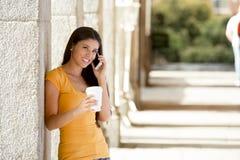 她巧妙的电话的可爱的拉丁妇女 免版税库存照片