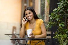 她巧妙的电话的可爱的拉丁妇女 免版税库存图片