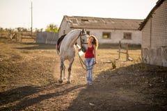 她带领一匹马 免版税图库摄影