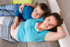 她怀孕的儿子妇女 免版税库存照片