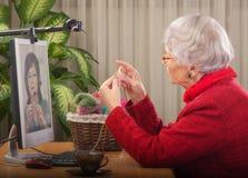 她把编织变成金钱 免版税库存图片