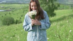 她收集雏菊和气味野花花束  股票视频