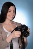 她新的爱好。拿着照相机的美丽的中年妇女,当时 免版税库存图片