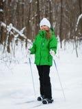 她是在倾斜的一种好心情在冬天森林里 免版税图库摄影