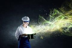她是魔术师作为厨师 库存照片