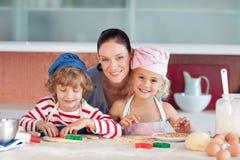 她查找母亲二的孩子厨房 免版税库存照片