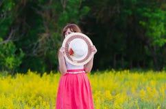 她用帽子盖了她的面孔 库存图片