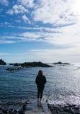 海滩的年轻女人 她用水使用 免版税库存图片
