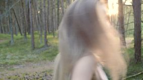 她由手带领通过森林 影视素材
