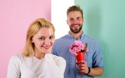 她的一点惊奇 男朋友带来花束花使她惊奇 人准备好在完善的日期 强壮男子喜欢 免版税库存图片
