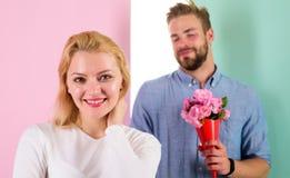 她的一点惊奇 男朋友带来花束花使她惊奇 人准备好在完善的日期 花束开花玫瑰 免版税库存照片