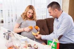 她的丈夫孕妇 免版税库存图片