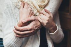 她的丈夫轻轻地拥抱她的女朋友 免版税图库摄影