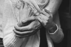 她的丈夫轻轻地拥抱她的女朋友 库存照片