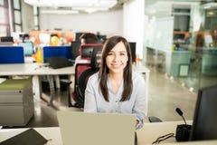 她的书桌的女性雇员 免版税库存照片