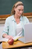 她的书桌的焦点老师 免版税库存图片