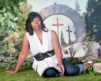 读她的圣经外面 库存图片