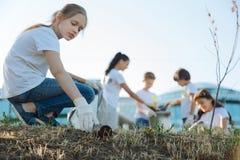 她的城市善社交的女孩清洁公园  库存图片