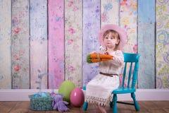 她的复活节礼服的可爱的小孩女孩 免版税库存照片