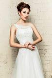 她的婚礼礼服的新娘 免版税库存图片