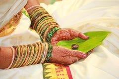 她的婚姻服装的,印度传统南印地安新娘 免版税库存照片
