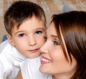 她的小母亲俏丽的儿子 免版税库存照片