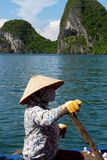 她的小船的卖主 库存图片