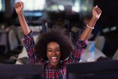 她的工作场所的年轻黑人妇女在非洲Ame现代的办公室 免版税图库摄影