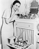 她的应用唇膏的虚荣的少妇(所有人被描述不更长生存,并且庄园不存在 供应商warrantie 免版税库存照片