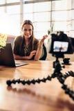 她的录影博克的年轻女性vlogger录音内容 免版税库存照片