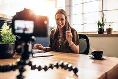 她的录影博克的年轻女性vlogger录音内容 图库摄影