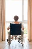 她的成熟轮椅妇女 库存图片
