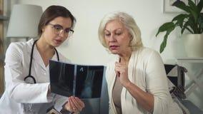 她的房子的医师参观老成熟妇女 影视素材