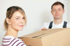 她的房子移动新的妇女 免版税库存图片