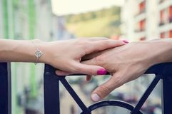 她的手握他的充满爱的手 关闭 免版税图库摄影