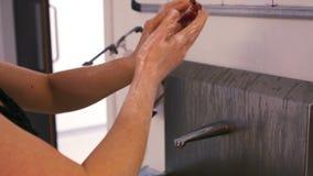 洗她的手的Groomer 影视素材