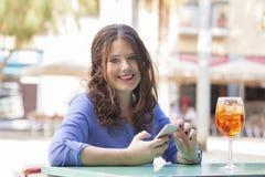 她的断裂的年轻女实业家与手机,微笑和 免版税库存照片