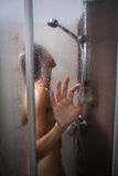 洗她的有香波的少妇头发 免版税库存图片