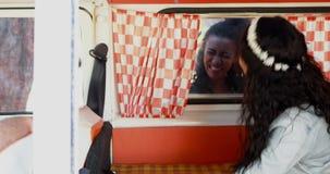 她的朋友被吓唬的妇女通过窗口4k 股票视频