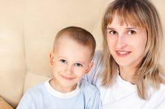 她的母亲儿子年轻人 图库摄影