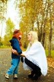 她的母亲儿子联系 免版税库存照片