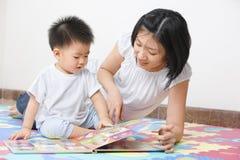她的母亲儿子辅导 免版税库存照片