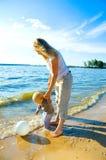 她的母亲小孩走的年轻人 免版税库存图片