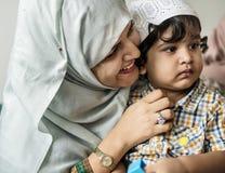 她的母亲穆斯林儿子 免版税库存图片