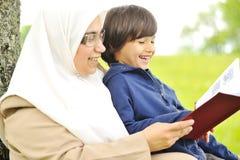 她的母亲穆斯林儿子 免版税图库摄影