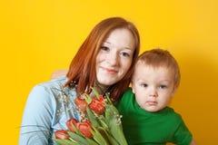 她的母亲纵向儿子 免版税库存图片