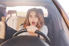 她的汽车是的震惊美好的欧洲女性司机realzes brocken,能` t修理它由她自己,看在路的可怕的事故, 免版税库存图片