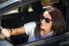 她的汽车的成熟妇女 免版税库存图片