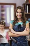 她的沙龙的美发师 免版税库存照片
